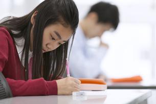 授業を受ける女子生徒の写真素材 [FYI02973045]