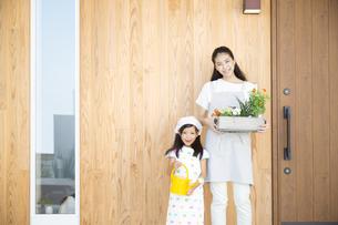 ガーデニングを楽しむ親子の写真素材 [FYI02973060]