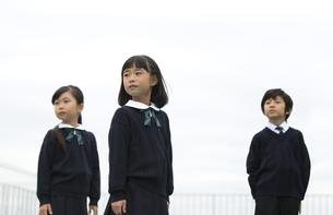 屋上に立って遠くを眺める小学生たちの写真素材 [FYI02973061]