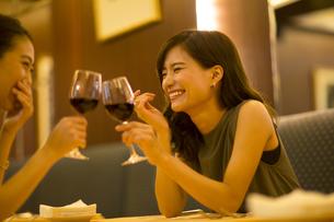 レストランで乾杯する女性の写真素材 [FYI02973071]