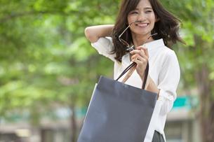 ショッピングを楽しむ女性の写真素材 [FYI02973072]
