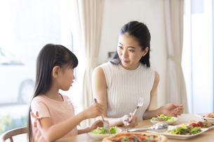 食事を楽しむ親子の写真素材 [FYI02973073]
