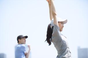 スポーツウエアを着てストレッチをする男性と女性の写真素材 [FYI02973074]