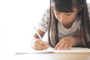 勉強をする女の子の写真素材 [FYI02973077]