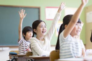 授業中に手を上げる小学生たちの写真素材 [FYI02973078]