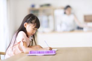 勉強をする女の子の写真素材 [FYI02973081]