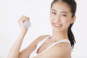 ダンベルで運動をする女性の写真素材 [FYI02973084]