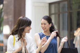 ショッピングを楽しむ女性2人の写真素材 [FYI02973085]