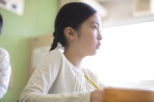授業を受ける小学生の女の子の横顔の写真素材 [FYI02973088]