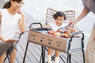 バーベキューを楽しむ家族の写真素材 [FYI02973091]