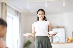 食事を用意する女性の写真素材 [FYI02973095]