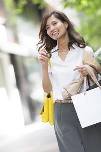 ショッピングを楽しむ女性の写真素材 [FYI02973100]