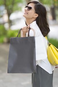 ショッピングを楽しむサングラスをかけた女性の写真素材 [FYI02973107]