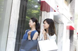ウィンドウショッピングを楽しむ女性2人の写真素材 [FYI02973108]
