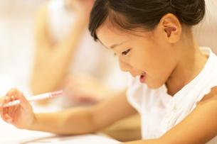 勉強をする女の子の写真素材 [FYI02973110]