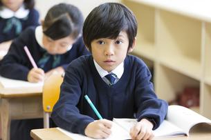 教室で授業を受ける小学生の男の子の写真素材 [FYI02973111]