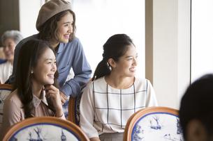 遠くを見る3人の女性の写真素材 [FYI02973115]