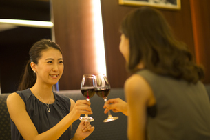 レストランで乾杯する女性2人の写真素材 [FYI02973116]