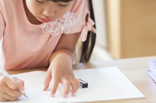 勉強をする女の子の写真素材 [FYI02973122]