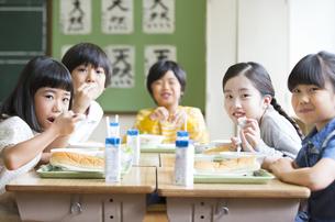 学校の給食を楽しむ子供たちの写真素材 [FYI02973124]