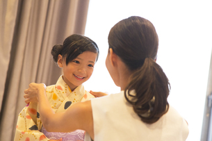 浴衣を着た子供と母親の写真素材 [FYI02973125]