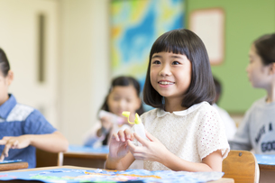 教室で貼り絵を楽しむ女の子の写真素材 [FYI02973126]