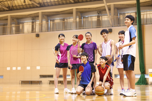 ラケットやボールを持って微笑む学生たちの写真素材 [FYI02973132]