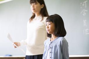教室で自己紹介をしている女の子の写真素材 [FYI02973135]