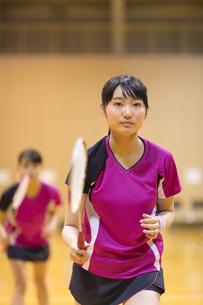 バドミントンをする女子学生の写真素材 [FYI02973136]