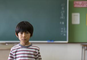 黒板の前に立つ男の子の写真素材 [FYI02973138]