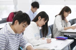 授業を受ける生徒たちの写真素材 [FYI02973139]