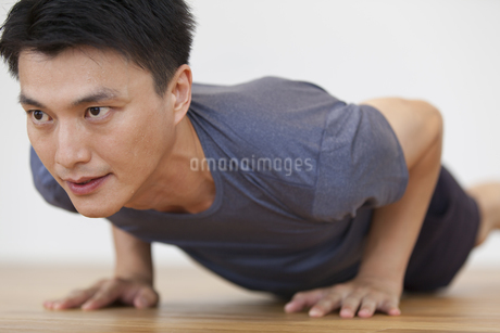 腕立て伏せをする男性の写真素材 [FYI02973147]
