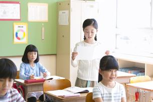 授業中に作文を読む小学生の女の子の写真素材 [FYI02973148]