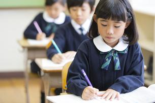 教室で授業を受ける小学生の女の子の写真素材 [FYI02973152]