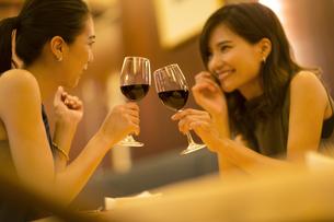 レストランで乾杯する女性2人の写真素材 [FYI02973156]