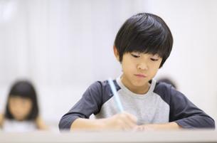塾で授業を受ける男の子の写真素材 [FYI02973162]