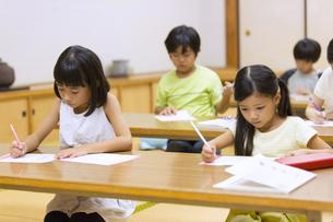 塾の合宿で授業を受ける子供たちの写真素材 [FYI02973165]