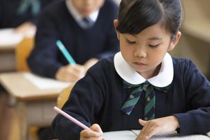 教室で授業を受ける小学生の女の子の写真素材 [FYI02973172]