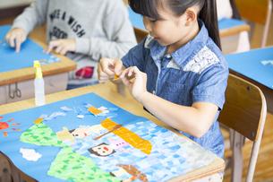 教室で貼り絵を楽しむ女の子の写真素材 [FYI02973173]
