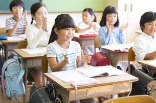 教室で拍手をする小学生たちの写真素材 [FYI02973175]