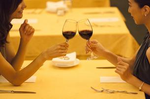 レストランで乾杯する女性2人の写真素材 [FYI02973176]