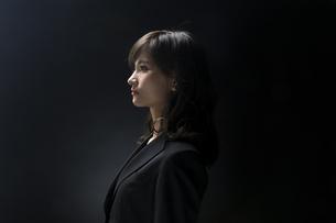 ビジネス女性の横顔の写真素材 [FYI02973181]