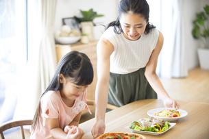 子供に食事を用意する母親の写真素材 [FYI02973182]
