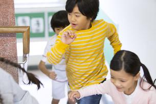 学校の階段を駆ける子供たちの写真素材 [FYI02973183]
