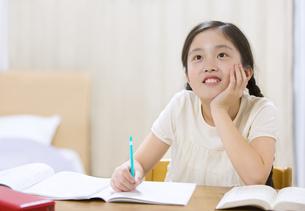 家で勉強をする女の子の写真素材 [FYI02973184]