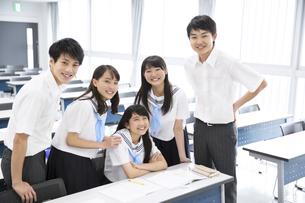 教室で微笑む学生たちのポートレートの写真素材 [FYI02973187]