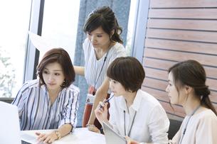 打ち合わせをする4人のビジネス女性の写真素材 [FYI02973191]