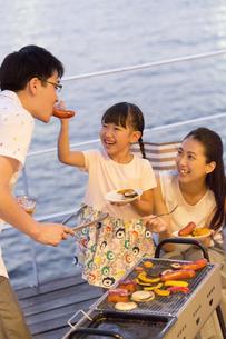 バーベキューを楽しむ家族の写真素材 [FYI02973197]