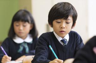 教室で授業を受ける小学生の男の子の写真素材 [FYI02973198]