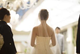 ウェディングドレス姿の新婦と母親の写真素材 [FYI02973211]